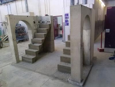 Réalisation de coffrages complexes : portes en arc et escaliers.