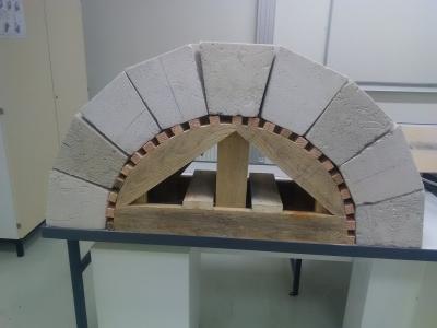 Réalisation d'un coffrage traditionnel en bois.